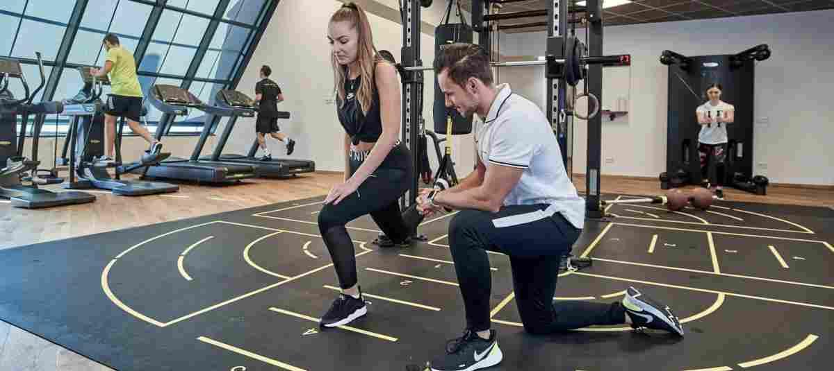 Sportwissenschaftler Alexander Jäckel erklärt im Fitnessstudio ERL-Mitarbeit ...