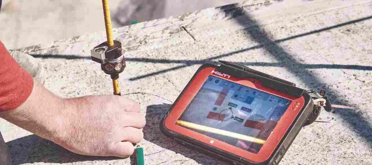 Wolfgang Kilger zeichnet mit Hilfe des zum Tachymeter gehörenden Tablets auf ...