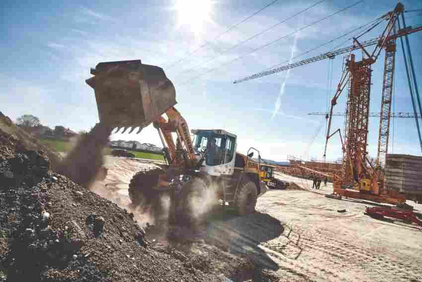 Hier wird die Maschine hauptsächlich für Kiestransporte oder Hinterfüllarbei ...