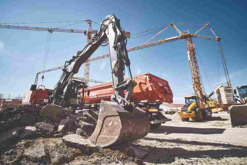 Beim Ausheben von Gräben oder Verdichten von Baugruben ist der Mobilbagger i ...