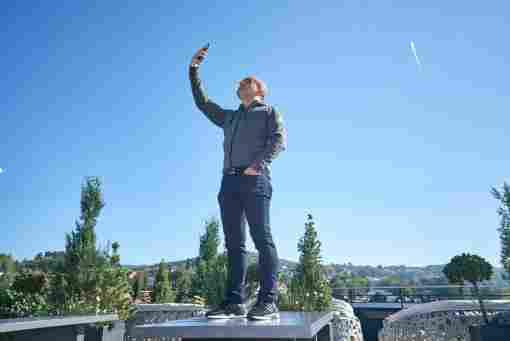 Handy zum Himmel: Django Asül kennt die Tücken der Netz-Suche