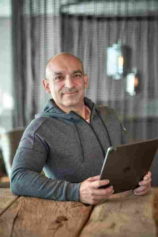 Django Asül ist das Gesicht der ERL-Azubi-Kampagne
